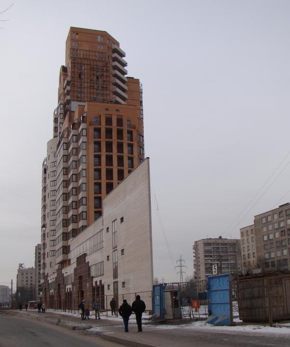 узкий дом)