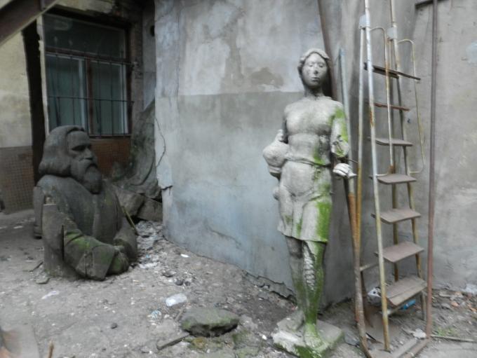 Заброшенные скульптуры