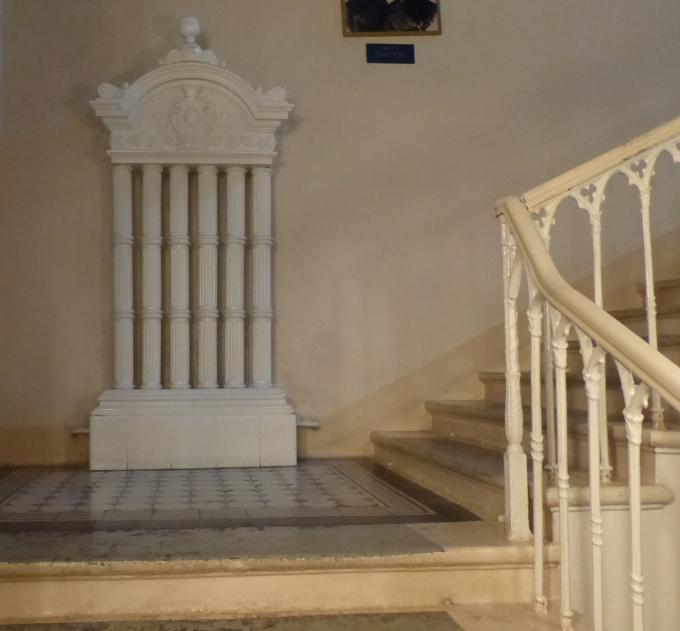 Батарея на лестнице