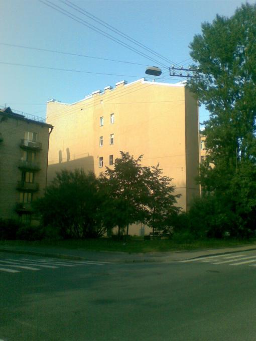 Где расположен этот «узкий» дом?
