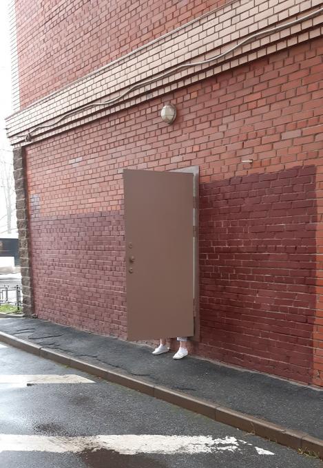 Где такая дверь с ножками?